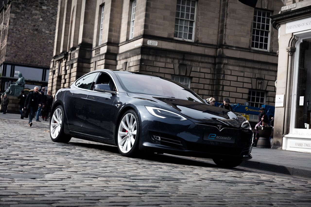 Chauffeur Tesla in Edinburgh